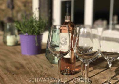 Schwarzwald-Ferienhaus Lohmühle: Terrasse mit Wein und Gläsern auf dem Holztisch