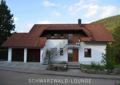 Außenansicht mit Garagen Ferienhaus Fronwald mit den Ferienwohnungen Bergsee, Waldwiese und Kinzigtal