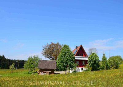 Ferienhaus Brestenberg: Außenansicht mit Balkon und Wiese