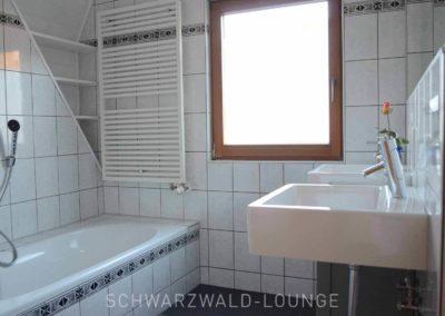 Ferienhaus Brestenberg: Tageslicht-Bad im Obergeschoss mit Badewanne
