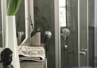 Schwarzwald-Ferienhaus Lohmühle: Details aus dem Bad im Obergeschoss mit Dusche
