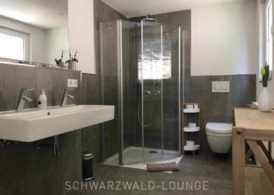 Schwarzwald-Ferienhaus Lohmühle: Das moderne Bad im Obergeschoss mit Dusche und Doppelwaschbecken