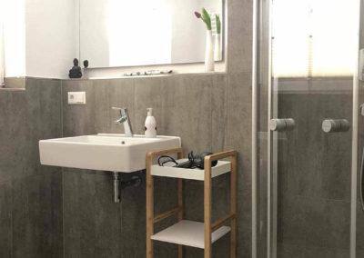 Schwarzwald-Ferienhaus Lohmühle: Dusche und Waschbecken im großen Bad im Erdgeschoss