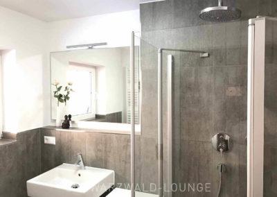 Schwarzwald-Ferienhaus Lohmühle: Waschbecken und Regendusche im unteren Bad