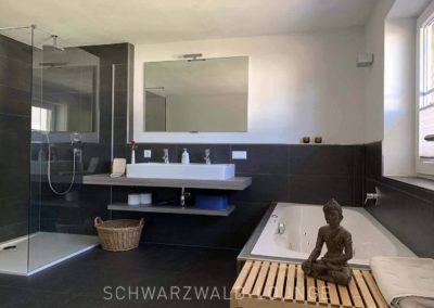 Chalet Lindenbuch: Das moderne Bad mit Dusche und Whirlpool-Badewanne unter dem Fenster