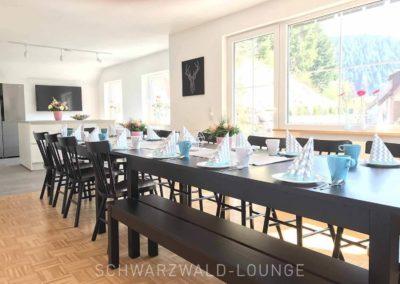 Schwarzwald-Ferienhaus Lohmühle: Das Esszimmer mit dem großen Esstisch, Stühlen und Blick aus dem Fenster in den Garten
