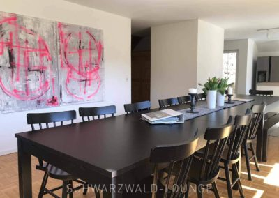 Schwarzwald-Ferienhaus Lohmühle: Das Esszimmer mit dem großen Tisch und Stühlen
