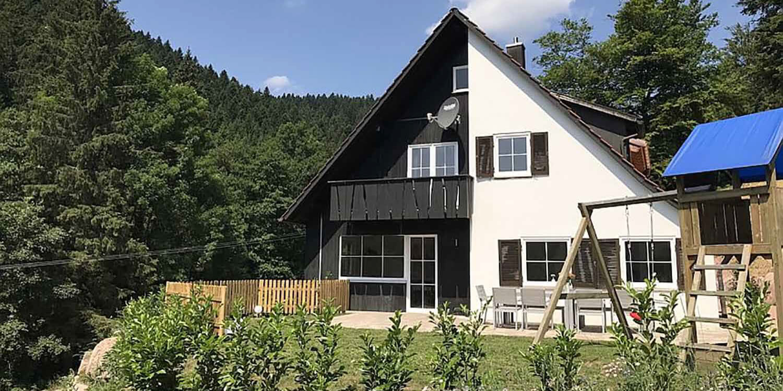 Luxus-Ferienhaus Brestenberg im Schwarzwald: Aussenansicht mit Balkon und Umgebung in Alleinlage