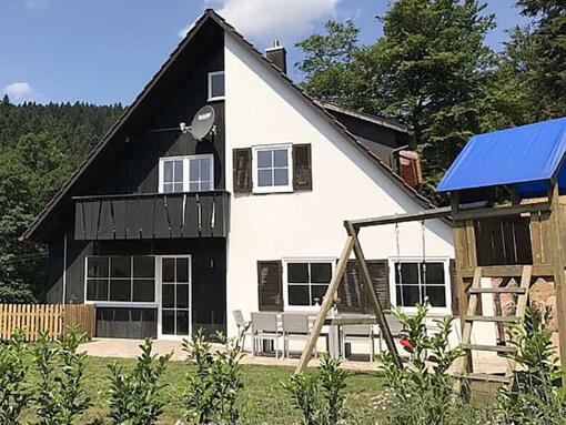 Ferienhaus Lohmühle: Giebelansicht mit Garten, Spielplatz und Balkon