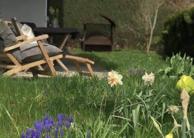 Ferienwohnung Kinzigtal: Liegestühle im Garten mit Blumen im Vordergrund