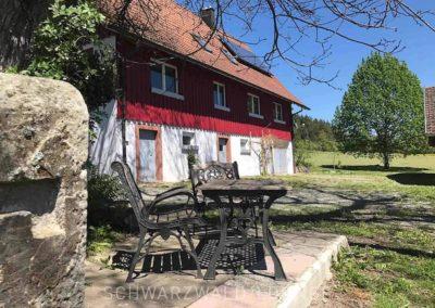 Ferienhaus Brestenberg: Bank, Stühle und Tische im Garten
