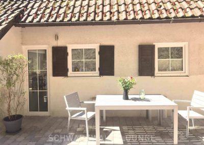 Schwarzwald-Ferienhaus Lohmühle: Der Sitzplatz auf der Terrasse vor der Küche mit Tisch und Stühlen