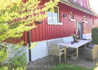 Ferienhaus Brestenberg: Schattiger Sitzplätze draußen hinter dem Haus