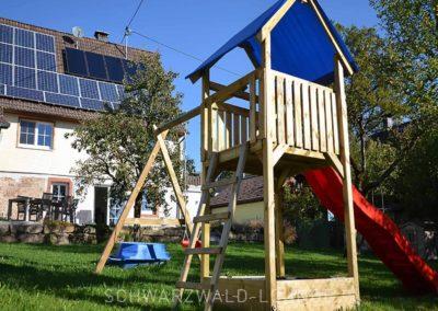 Chalet Lindenbuch: Spielplatz mit Blick aufs Haus