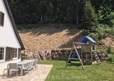 Schwarzwald-Ferienhaus Lohmühle: Terrasse und Garten vor dem Haus mit Spielplatz