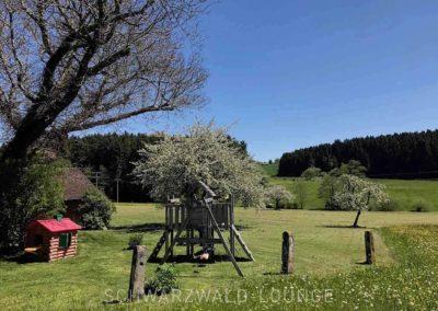 Ferienhaus Brestenberg: Der Spielplatz mit Klettergerüst und Spielhäuschen