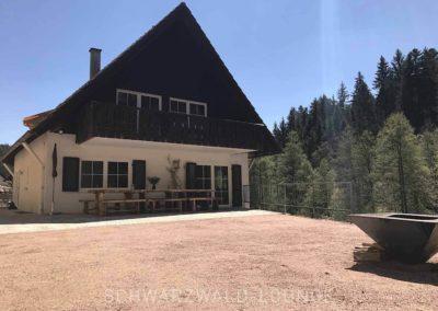 Schwarzwald-Ferienhaus Lohmühle: Feuerstelle und Grillplatz vor dem Haus, die Sitzgelegenheiten sind überdacht