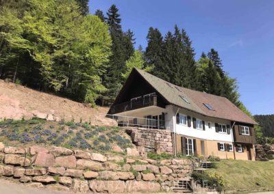Schwarzwald-Ferienhaus Lohmühle: Ansicht von außen mit Steingarten