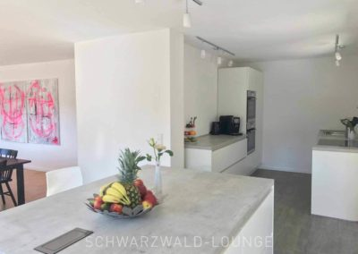 Schwarzwald-Ferienhaus Lohmühle: Die Kücheninsel mit Blick in die Küche und aufs Esszimmer