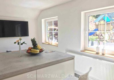 Schwarzwald-Ferienhaus Lohmühle: Die Kücheninsel mit Blick in den Garten