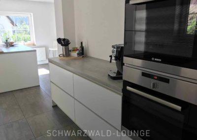 Schwarzwald-Ferienhaus Lohmühle: Die moderne Küche mit zwei Backöfen
