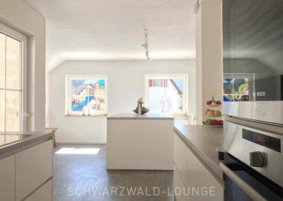 Schwarzwald-Ferienhaus Lohmühle: Blick aus der Küche auf die Kücheninsel