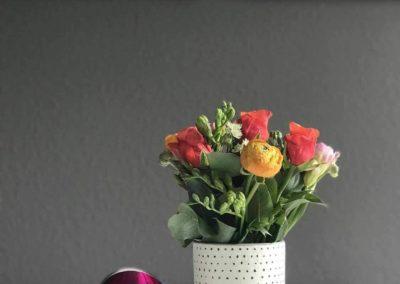 Ferienwohnung Kinzigtal: Detail vom Essplatz mit Blumendekoration