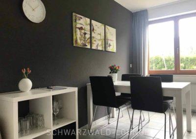 Ferienwohnung Kinzigtal: Der Esstisch in der Küche mit Regal vor dem Tisch