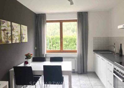 Ferienwohnung Kinzigtal: Die moderne Küche mit Essplatz und Blick aus dem Fenster