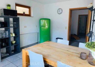 Wellness-Apartment Waldwiese: Der Essbereich in der Küche und der große Kühlschrank