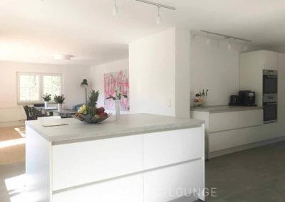 Schwarzwald-Ferienhaus Lohmühle: Die Kücheninsel mit Blick ins Wohnzimmer