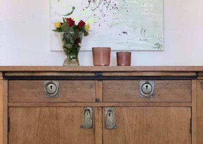 Chalet Lindenbuch: Kommode mit Blumen im Essbereich