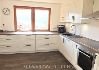 Ferienhaus Brestenberg: Die geräumige Küche mit Fenster und Arbeitsbereich