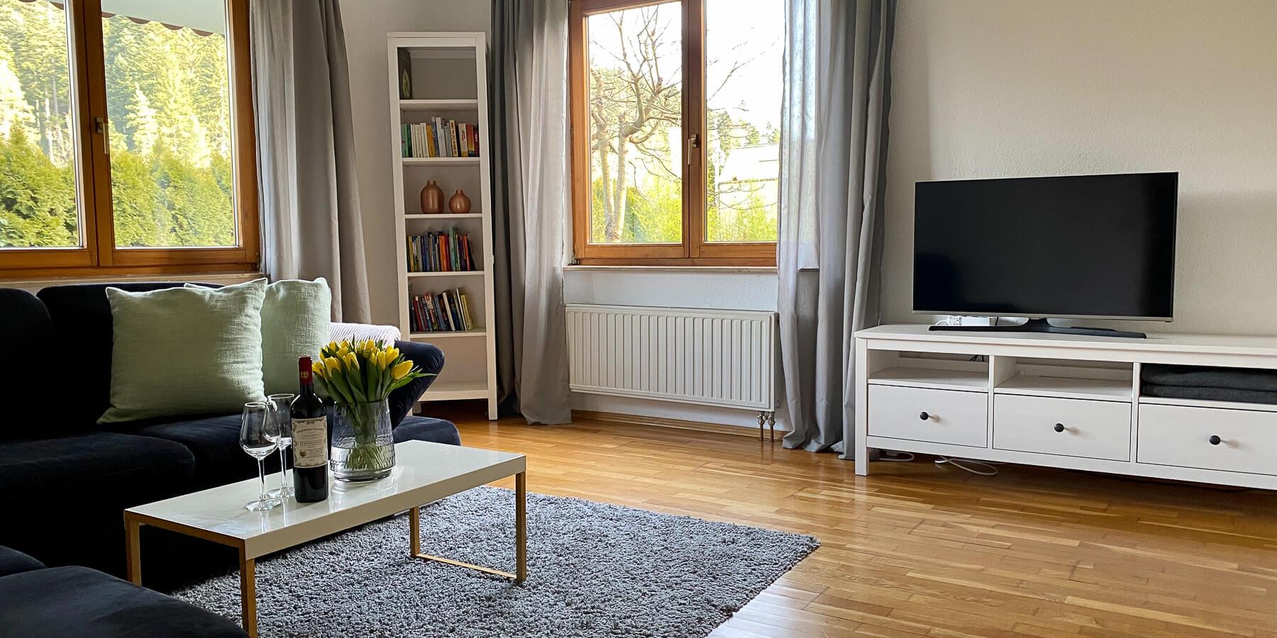 Ferienwohnung Kinzigtal im Schwarzwald: Wohnzimmer mit Blick auf Wald und Umgebung