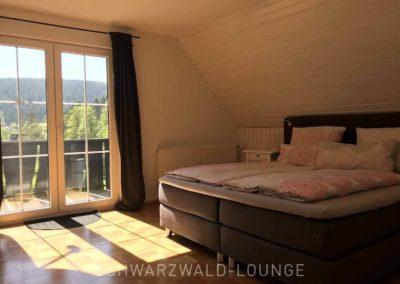 Schwarzwald-Ferienhaus Lohmühle: Schlafzimmer 6 im Obergeschoss mit Balkon und Doppelbett