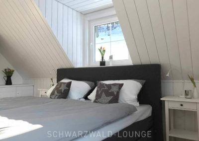 Schwarzwald-Ferienhaus Lohmühle: Schlafzimmer 7 im Obergeschoss mit Doppelbett unter Dachschräge und Gauben-Fenster