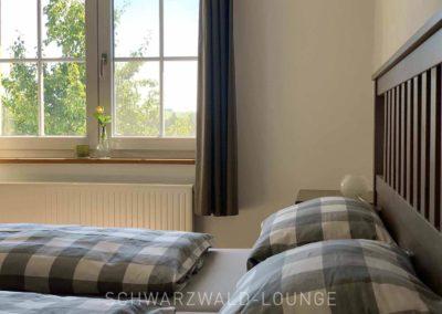 Chalet Lindenbuch: Schlafzimmer 1 mit Doppelbett und Fenster