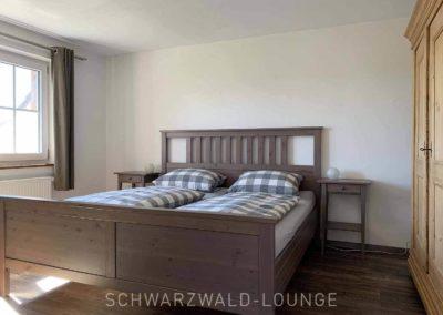 Chalet Lindenbuch: Schlafzimmer 1 mit Doppelbett, Fenster und Bauernschrank