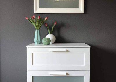Ferienwohnung Kinzigtal: Kommode mit frischen Blumen im Schlafzimmer