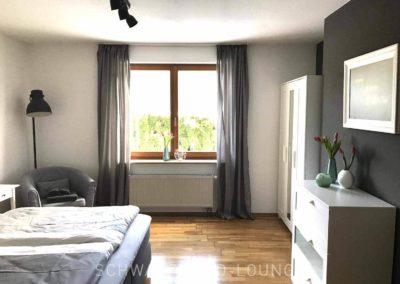 Ferienwohnung Kinzigtal: Das Schlafzimmer mit Doppelbett und Blick aus dem Fenster