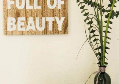 Wellness-Apartment Waldwiese: Detail aus dem Schlafzimmer mit Blumen-Dekoration: wir machen es Ihnen gemütlich