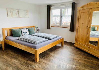 Chalet Lindenbuch: Schlafzimmer 2, rechts der schöne Bauernschrank mit Spiegel