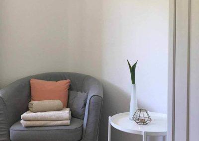 Schwarzwald-Ferienhaus Lohmühle: Sessel und Tischchen im Schlafzimmer 3