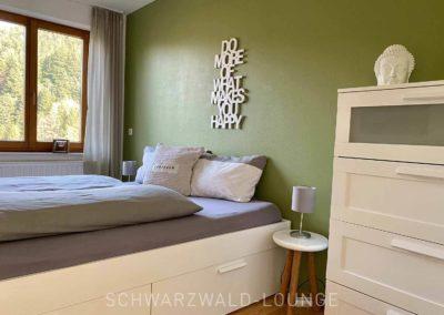 Luxus-Ferienwohnung Bergsee: Das zweite Schafzimmer mit Kommode und Blick aus dem Fenster
