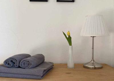 Ferienhaus Brestenberg: Alte Kommode in Schlafzimmer 2 im Erdgeschoss