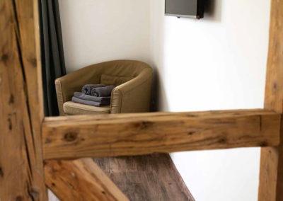 Ferienhaus Brestenberg: TV-Gerät in Schafzimmer 3 im Erdgeschoss mit Fachwerkbalken