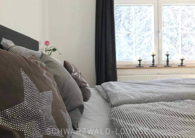 Schwarzwald-Ferienhaus Lohmühle: Schlafzimmer 2 mit Doppelbett und Blick aus dem Fenster