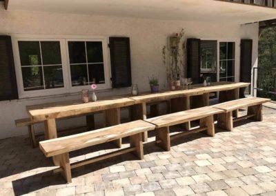 Schwarzwald-Ferienhaus Lohmühle: Hölzerne Bänke und Tische auf der überdachten Terrasse