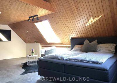 Schwarzwald-Ferienhaus Lohmühle: Die große Suite mit Sessel und Tischchen unter der Dachschräge