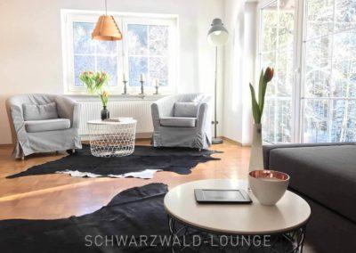 Schwarzwald-Ferienhaus Lohmühle: Sessel und große Balkontüre in der Suite im Erdgeschoss